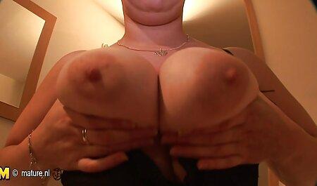 Madre con gambe snelle e Capelli rossi si masturba massaggi erotici giapponese sul letto