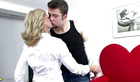 Blonda con voluttuosa seni sdraiarsi sul letto per film completi erotici italiani giocare con 。
