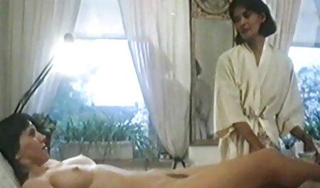 Un uomo con lunghe gambe lunghe come una donna in un vestito film erotici siti rosso per l'albero nel cortile