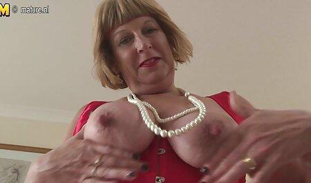Ragazza in Stringtanga abbracci film erotici completo peluche e scopa con un uomo