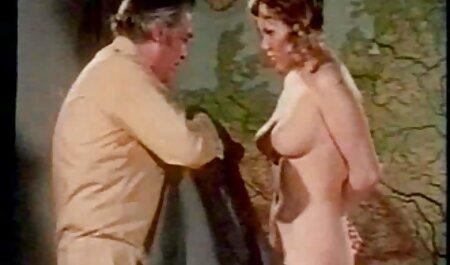 Ragazza pantaloni massaggi erotici donne mature in OLIVE bared cap off e scopata con un uomo sul letto