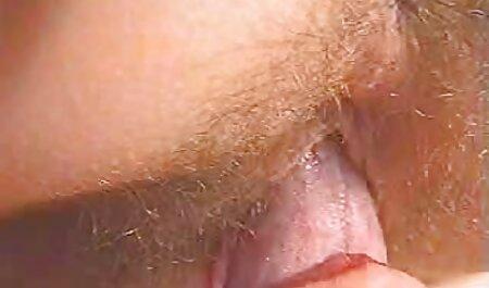 MILF nudo con un orecchino sulla figa, scopa con l'uomo in un punto sul massaggio erotico gratis letto