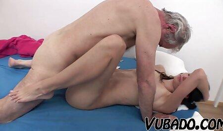 Ragazza russa con grandi tette e Capelli rossi film erotici donne mature allarga le gambe al tavolo