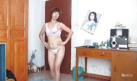Donna in abito blu e con i capelli neri films erotici gratis ha sesso con il fidanzato sul letto