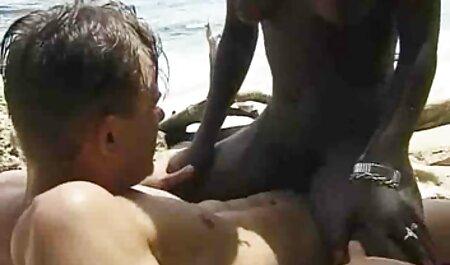 Compagno Asiatico strisce e tocca il suo petto mentre si video erotici completi bacia il suo