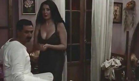 Brunetta con grande seni потрахалась con film streaming erotici due ragazzi su un bianco divano