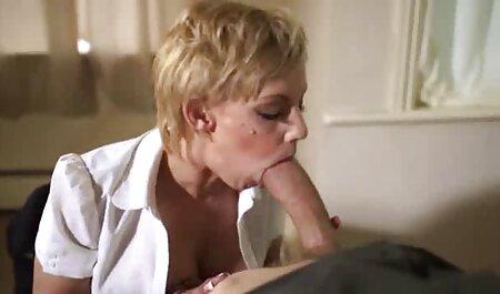 Spessore massaggi erotici hot governante con grandi tette naturali impegnati in sesso lesbico in cucina