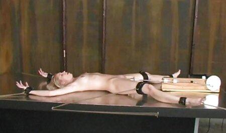 Giovane телочка ragazza dà un coglione figa su una sedia a video erotici eccitanti sdraio nel cortile di casa