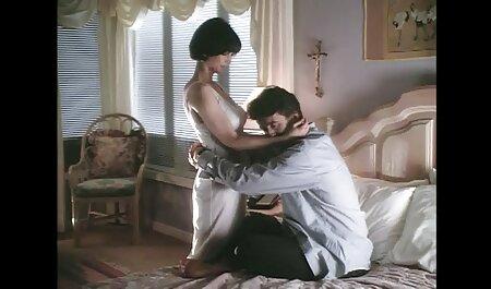 Il pulcino strofina video erotico film il berretto rasato sull'angolo del tavolo e cerca di ottenere un orgasmo