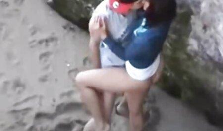 Giovane pulcino in il film erotico on line blu calze autoreggenti di il village culo su un grande Dildo