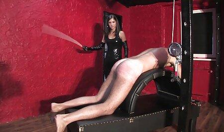 Giovane e giocoso ragazza mostra flessibilità in lingerie e calze con le film erotici completi youtube scarpe