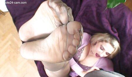 Casting bruna film erotici in streaming gratis in calze nere avendo un agente sul divano rosso