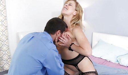 Russo video erotici dolci bruna con gli occhiali ingoia ragazzo cazzo, in piedi di fronte a lui in ginocchio