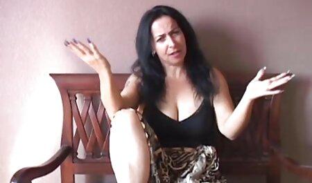 Cioccolato ragazza scopa con films erotici italiani un uomo bianco sul letto in camera da letto