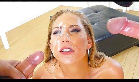 Stronza, donna di massaggi erotici hot colore con acconciatura riccia scopa con il ragazzo sul letto