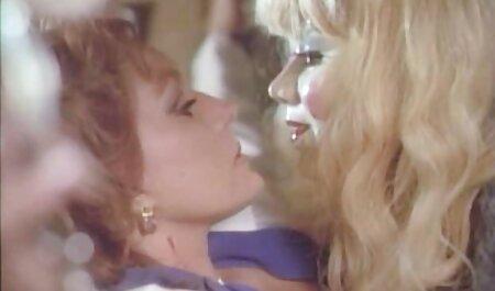 Uomo chiudere su film come video erotici eccitanti a fry Freundin fidanzata in micio