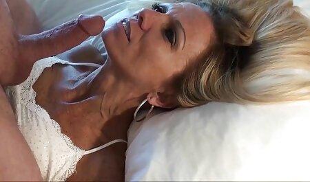 Ragazza con bel culo sdraiato sul suo film erotici altadefinizione stomaco e tirando le mutandine con se stessa