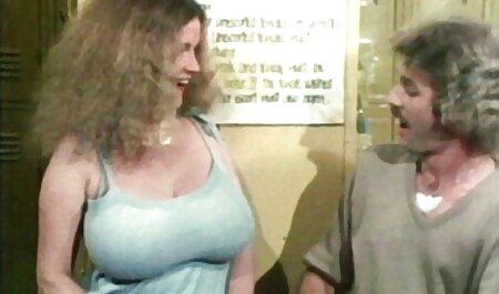 Il pulcino ha dovuto salire sul massaggi erotici giapponese letto e si è dato a toccare per il corpo in biancheria intima