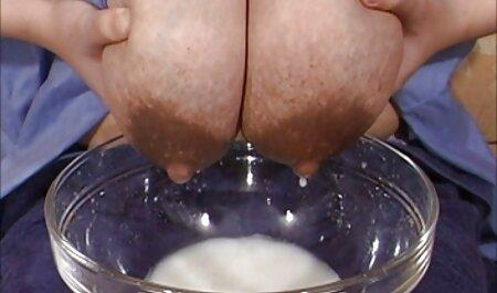 La donna con il film erotici xxx maglione a righe, appassionato succhia cazzo duro ragazzo in poltrona