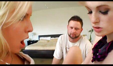 Donna bionda dimostra sulla macchina fotografica figa rasata e video erotici streaming punto stretto