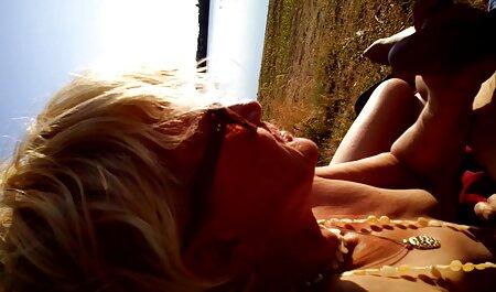 Slut con grandi tette lavora casalinga e striscia sul pavimento con brü Tette film erotico hd