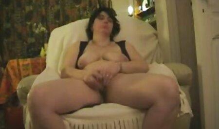 Giovane bruna сахается sul banco di massaggio, massaggio erotico porn dito clitoride dito