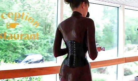 La donna piena in lingerie nera del villaggio culo sul viso ragazzo che era sdraiato sul divano film streaming erotici