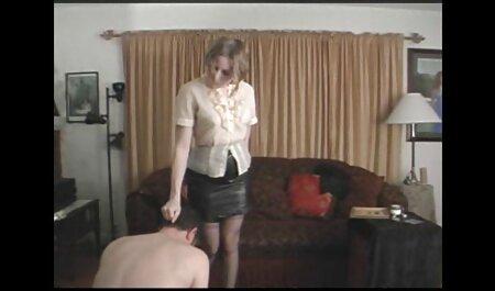 Giovane film eros gratis ragazzo scopa madre Christine in il vagina su il divano